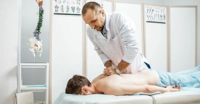 quiroprata realizando tratamento em um paciente