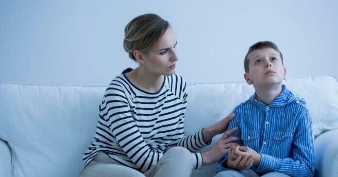Menino autista e cuidador