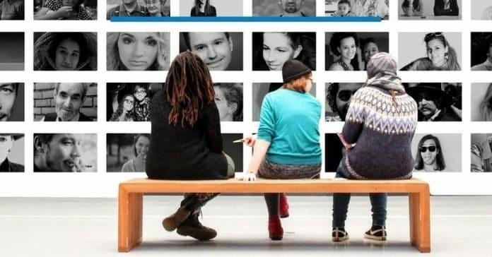 pessoas observando fotomontagem que representa a diversidade